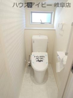 落ち着いたトイレです。岐阜市東中島 新築建売全2棟 堂々完成です♪お車並列3台可能!可動棚付きシューズクローゼットあり!