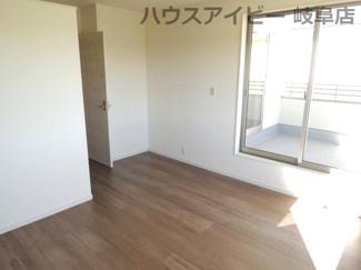 使い勝手のいい洋室です。岐阜市東中島 新築建売全2棟 堂々完成です♪お車並列3台可能!可動棚付きシューズクローゼットあり!