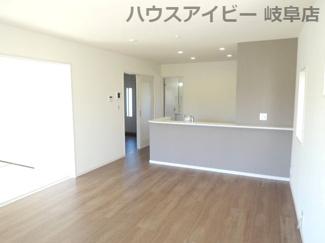 おしゃれな居間です。岐阜市東中島 新築建売全2棟 堂々完成です♪お車並列3台可能!可動棚付きシューズクローゼットあり!