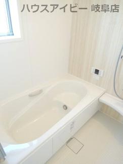 落ち着いた空間のお風呂です。岐阜市東中島 新築建売全2棟 堂々完成です♪お車並列3台可能!可動棚付きシューズクローゼットあり!