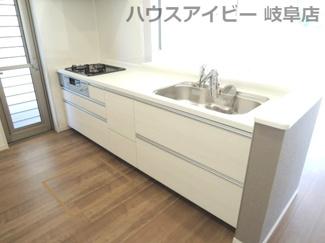 キッチンでお料理をお楽しみください。岐阜市東中島 新築建売全2棟 堂々完成です♪お車並列3台可能!可動棚付きシューズクローゼットあり!