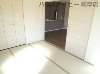 和室がひろがる居住スペース。岐阜市東中島 新築建売全2棟 堂々完成です♪お車並列3台可能!可動棚付きシューズクローゼットあり!