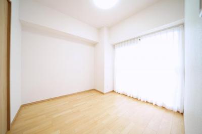 南側約4.8帖の洋室です。