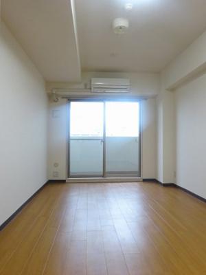 シックな色合いの床材を仕様した居住空間
