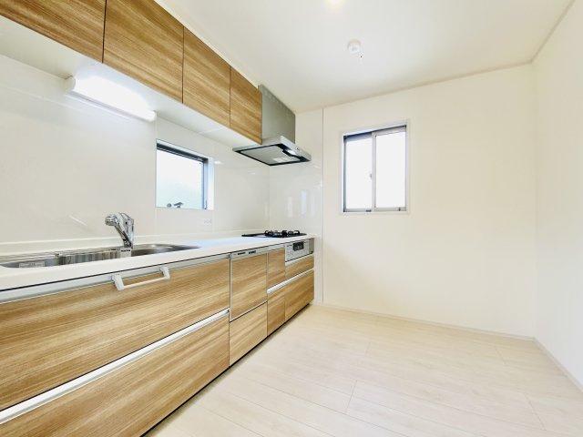 食後の後片付けに便利な食器洗浄乾燥機標準装備 2面採光の明るいキッチンです(1号棟)