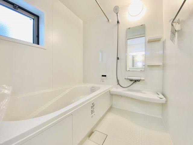 一坪タイプの浴室は雨の日のお洗濯や寒い冬場の入浴に便利な浴室換気乾燥機付きです(1号棟)