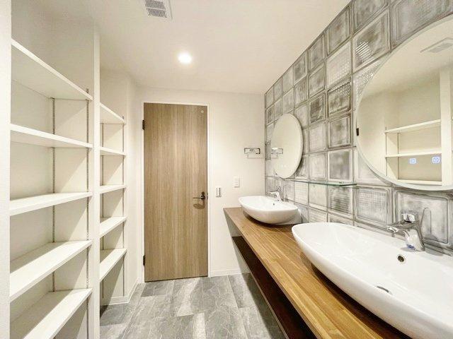 洗面台平面にはリネンや着替えのストックに便利な棚がございます