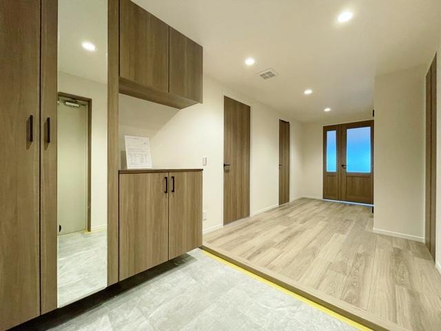 家の顔でもある玄関にはホールを設けゆとりある空間を演出しています