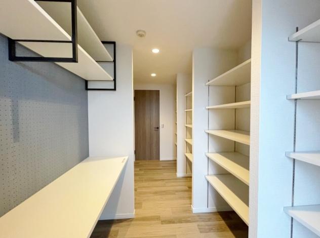 カウンターと棚を設けた広々としたパントリー 食料品や調理器具の収納にも便利です