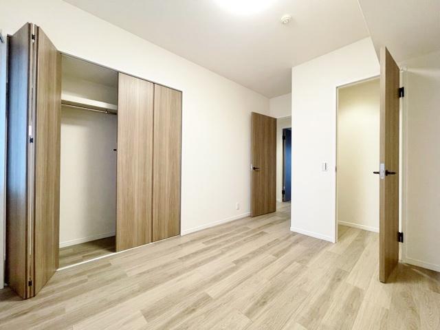5.5帖洋室 壁面のクローゼットとWICがございます
