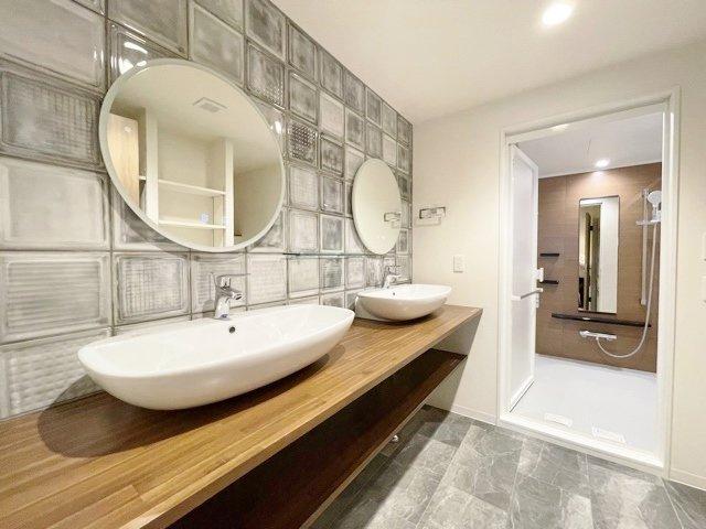 忙しい朝にも便利な2ボールの洗面台 洗面室も広々としているのでお子様との入浴にも便利です 洗面台も新規交換につき快適です