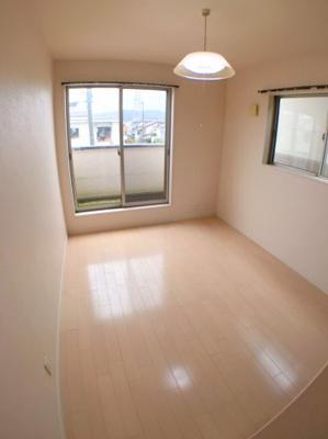 2階北東側や鵜5.7帖の洋室の写真です♪ 北側にはバルコニーもございますので日当たり、風通し良好ですよ♪