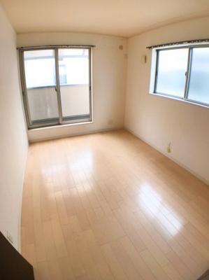 2階南西側約6帖の洋室の写真です♪ 南側洋室に関しましては西側、東側洋室の2WAYバルコニーとなっております♪