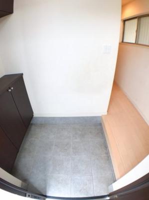 玄関の写真です♪ 玄関左手にはシューズボックスもございます♪ 玄関から直接中が見えない仕様になっております♪