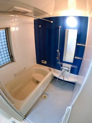 お風呂の写真です♪ 青のアクセントがおしゃれポイントですよ♪