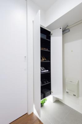 玄関にはフットライト付きのシューズボックスを新規設置。収納するものによって高さが調節できる可動棚なので、ブーツなども収納いただけます。