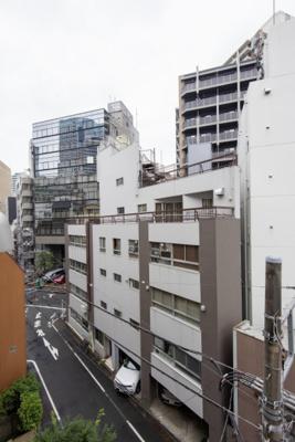 バルコニーからの眺望です。目白通りから2ブロック中に入った一方通行路に立地し、近隣はマンションや戸建住宅が立ち並んでいます。