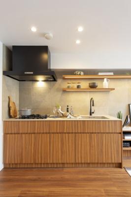 オリジナルシステムキッチンを新規設置。キッチンの色合いと調和した建具が備え付けなので、統一感のある空間です。
