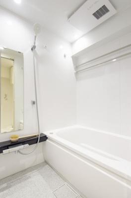 TOTO製追焚機能付ユニットバスを新規設置。浴室換気乾燥機付なので、付属のポールに洗濯物を掛けて乾燥可能です。