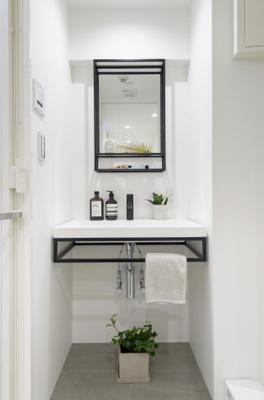 サンワカンパニー製洗面化粧台を新規設置。ミラーの縁やタオル掛けがブラックで統一され、スタイリッシュです。