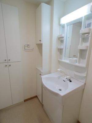【参考写真】備え付けの棚もあって使いやすい洗面所