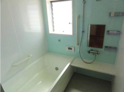 浴室には手すりがついているので、ご年配の方にも安心です。