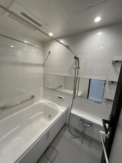 追い焚き機能が付いた経済的なお風呂です!浴室乾燥機付で雨の日でも楽々お洗濯♪ 浴槽は足を伸ばしてゆったりおくつろぎ頂けます