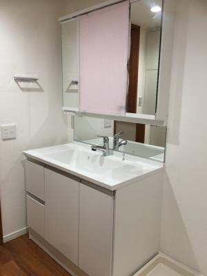 新規洗面台を設置しています♪3面鏡で朝の身支度もはかどります!