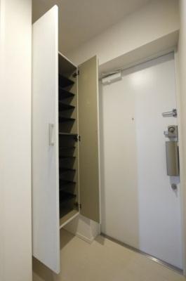 下駄箱付きでゆったり玄関です