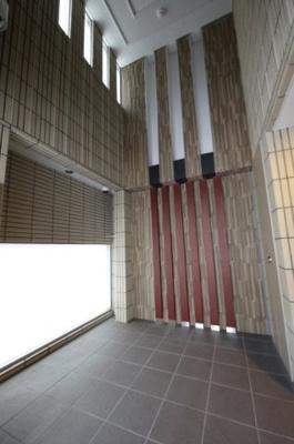 1階ホールは天井が高くステキなデザイン