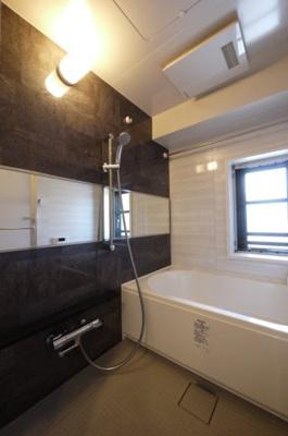 お風呂には窓が付いているので換気しやすいです