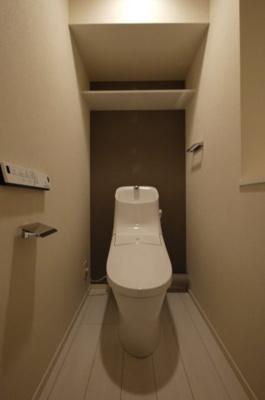 収納棚付きのトイレです