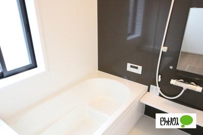 【2号棟】浴室 くつろげる広さ1坪浴室♪足を延ばして一日の疲れを癒しましょう♪