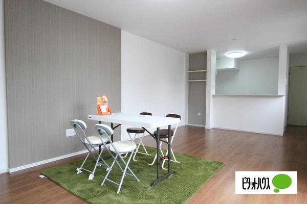 【2号棟】LDK リビングからはダイニング・キッチンが見渡せ、ご家族様との会話も弾みます☆彡