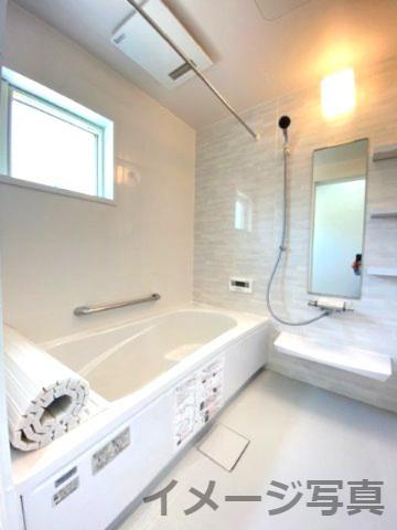 システムバス。汚れにくく滑りにくい設計なので安心。ベンチ付きなのでお子様とのご入浴時などに便利です♪