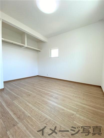 クローゼットの扉が無いので常に中身が見え自然と片付けの意識が高まります。家具の配置もしやすいです♪
