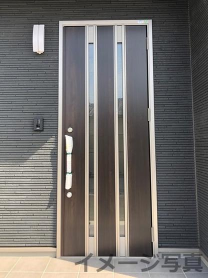 玄関ドア。内部に断熱材があるため、夏涼しく、冬暖かい空間を。二重ロックとサムターンキーで防犯性も良。