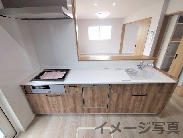 システムキッチン。汚れや傷がつきにくい設計でお手入れカンタン。引出し式の大容量の収納で使いやすい♪