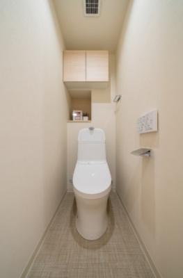 天袋や収納棚があるウォシュレット一体型トイレ