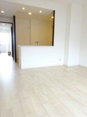 対面式キッチンを採用したLDKは約13.9帖!ホワイトのフローリングでパッと明るい印象に♪