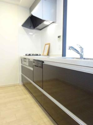 食器洗浄乾燥機を搭載した対面式キッチンを採用!お料理中も家族間の会話をお楽しみいただけます。