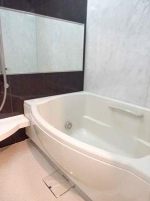 ゆとりあるバスタブをセレクト!浴槽内に手すりを設置し、起居をサポート!安全面も考慮しました♪