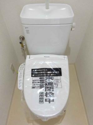 温水洗浄便座を新調したお手洗い。白を基調としているため清潔感があり、爽やかな空間に仕上がりました。