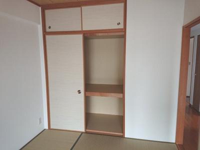 和室には天袋付きの押入れがございます。奥行きがあり使い勝手が良いため、衣替えの季節に重宝します。