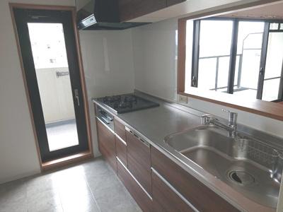 食器洗浄乾燥機を搭載した対面式キッチンを採用!南面バルコニーへ出入り可能な勝手口を設けております。