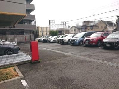 敷地内駐車場です。空き状況や月額駐車料は担当者までお気軽にお問い合わせくださいませ♪