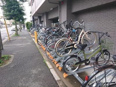 敷地内の駐輪スペースです。サイクルラックが設けられているため、綺麗に並列されております。