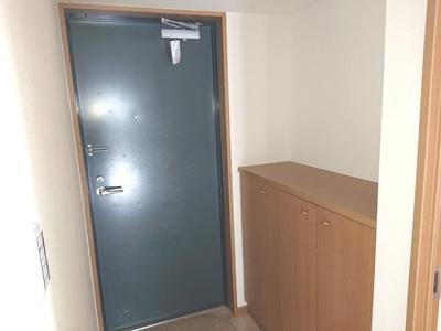 シューズボックスの上を飾り棚として活用し、小物・お写真などで素敵な玄関スペースに仕上げてくださいね♪