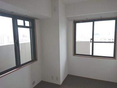約4.8帖の洋室は2方向がバルコニーに面しているため開放感があり、お部屋が広く感じられます。