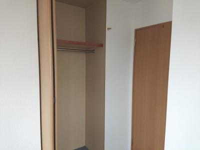 各洋室・和室の収納に加え、廊下収納・パントリー等、室内の随所に収納を確保した間取りとなっております。